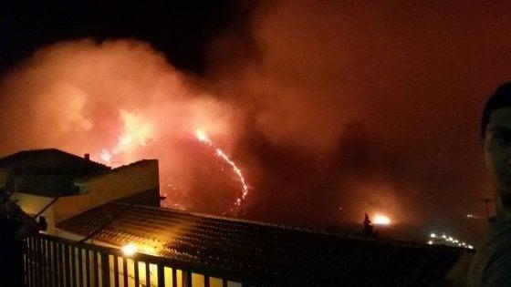 Incendi, l'emergenza si sposta nel catanese: roghi a Taormina, caos in autostrada