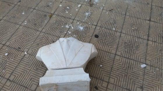 Palermo, staccata la testa del busto di Falcone davanti alla scuola dello Zen