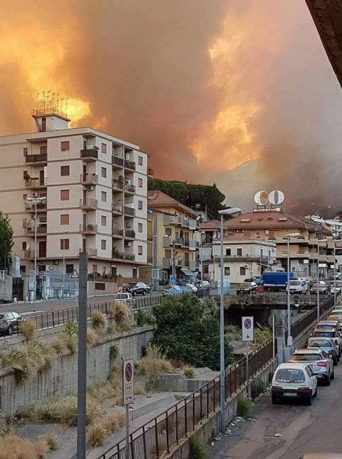 Da Messina a San Vito Lo Capo, la Sicilia brucia:  le foto sui social