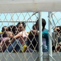 Trapani e Pozzallo, sbarcano 900 migranti: molti minori a bordo