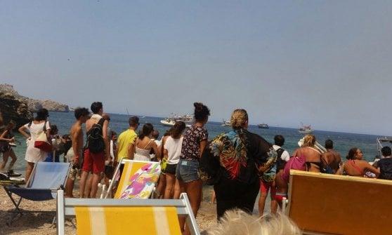 La Sicilia in fiamme: 600 turisti evacuati via mare dal villaggio Calampiso a San Vito Lo Capo