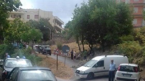 Castell'Umberto. Protesta per l'arrivo di 30 migranti: le auto bloccano l'accesso dell'hotel