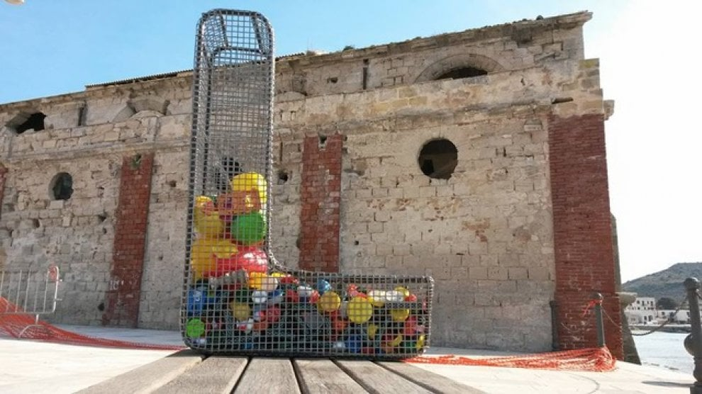 Favignana, un'installazione contro la plastica nel mare