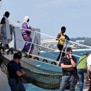 Siracusa, 50 migranti in barca a vela. Fermati due scafisti