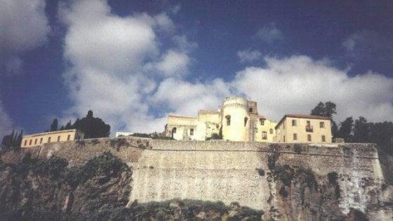 Lipari: scagliano grosse pietre dal castello verso le case, denunciati due minorenni