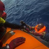 Soccorso gommone davanti alle coste libiche, a bordo tredici morti