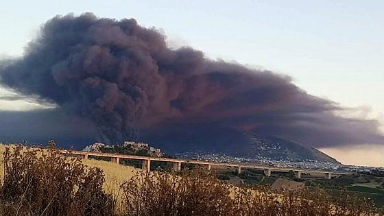 Il rogo al deposito di rifiuti di Alcamo: aperta un'inchiesta per disastro ambientale