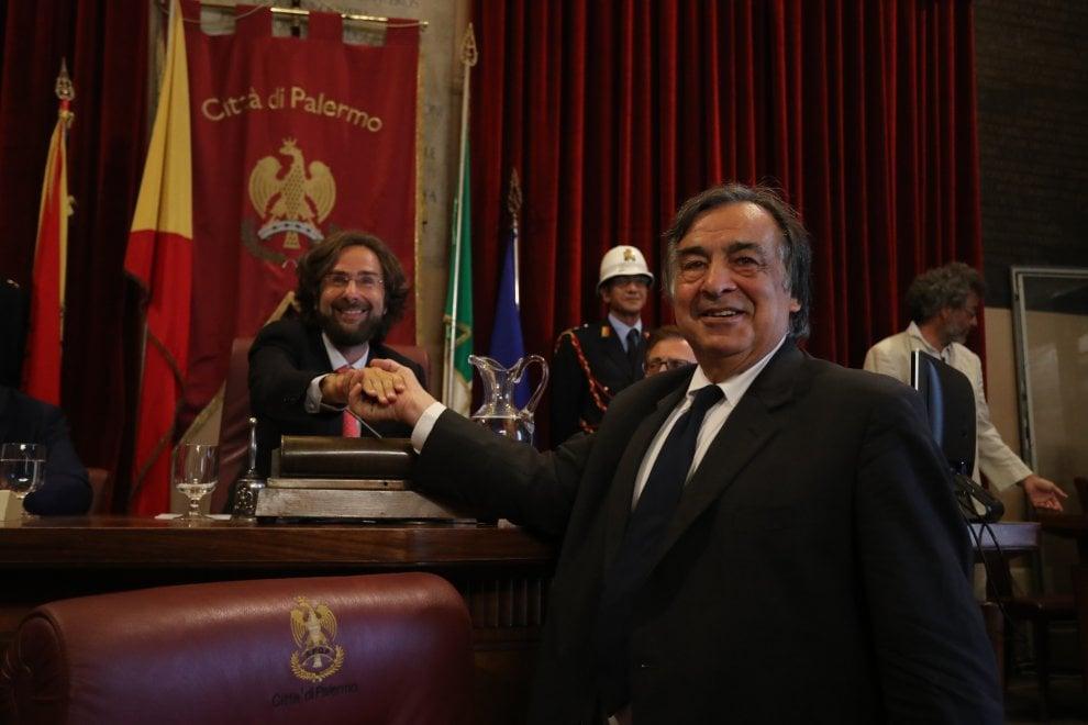 Palermo, la passerella dei consiglieri: selfie, tacchi a spillo e mise da sera