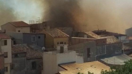 Sicilia in fiamme, a Enna evacuate una trentina di abitazioni