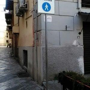 Palermo, isola pedonale violata: l'Amat costretta a cementare il cartello col divieto