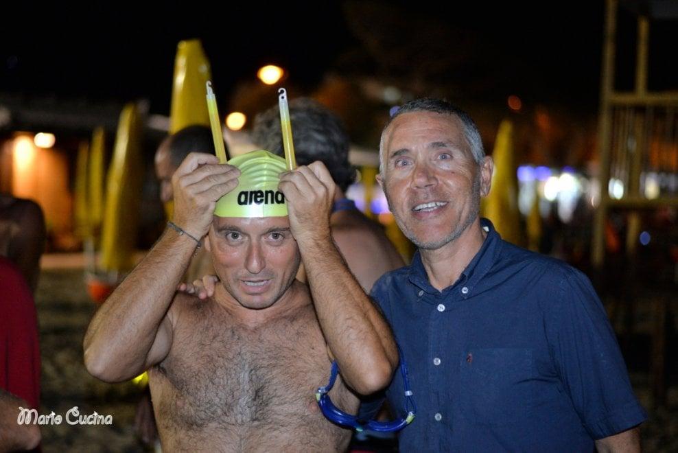 Palermo, nuotata notturna a Mondello