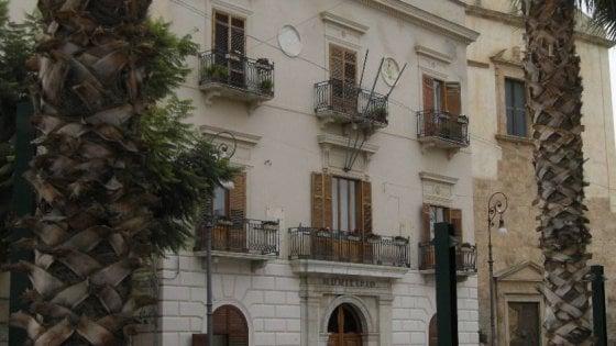 Trapani, incendiato portone Municipio di Alcamo: