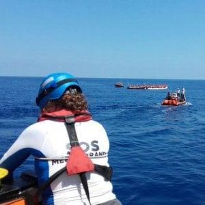 Migranti, nuovi soccorsi delle navi umanitarie nel Mediterraneo. In 54 sbarcano autonomamente a Linosa e bivacanno in strada