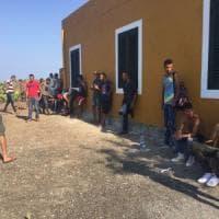 Migranti, emergenza a Linosa: sbarcati in 100, l'isola non può accoglierli