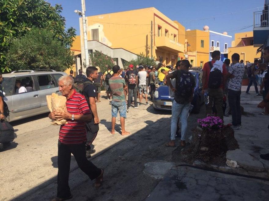 Migranti, in cento sbarcano a Linosa