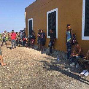 Sbarchi, emergenza Linosa: trasferiti i cento migranti accampati da ieri sull'isola