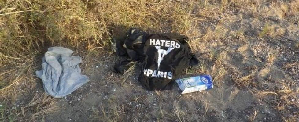 Agrigento, migranti: il giallo della felpa contro Parigi sulla spiaggia degli sbarchi fantasma