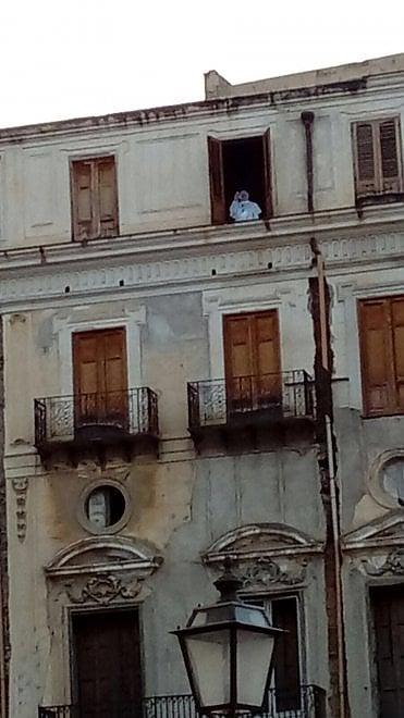 Palermo la sagoma del papa nel palazzo del centro storico - Finestra del papa ...