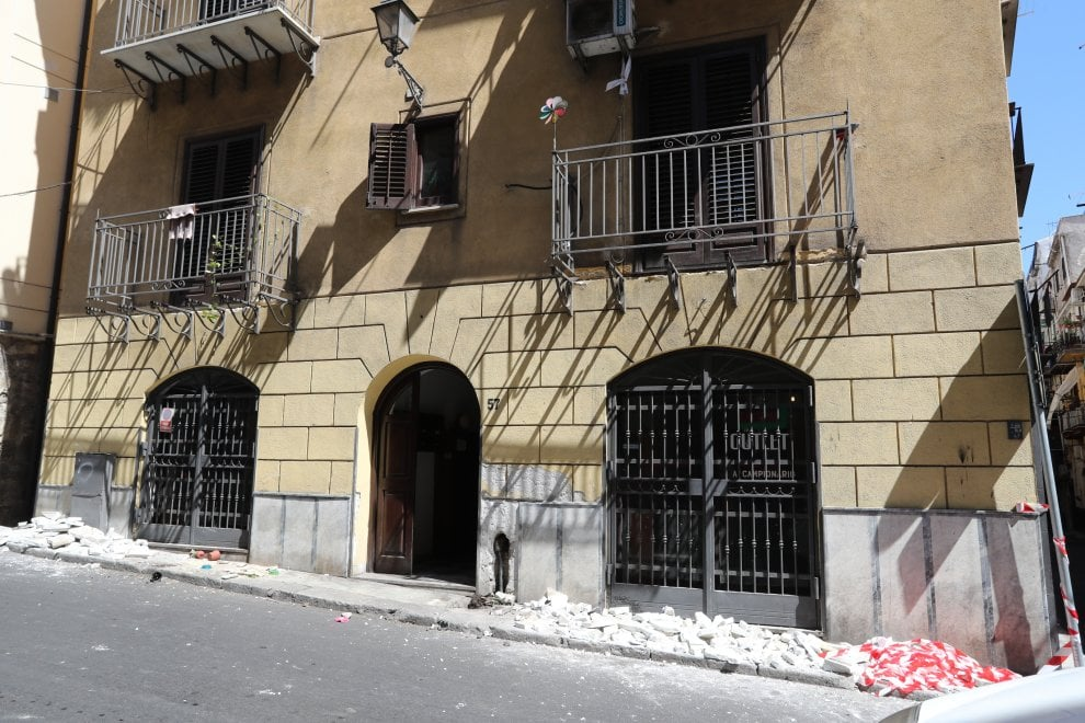 Palermo, Ballarò: il camion è troppo alto e si infrange sui balconi