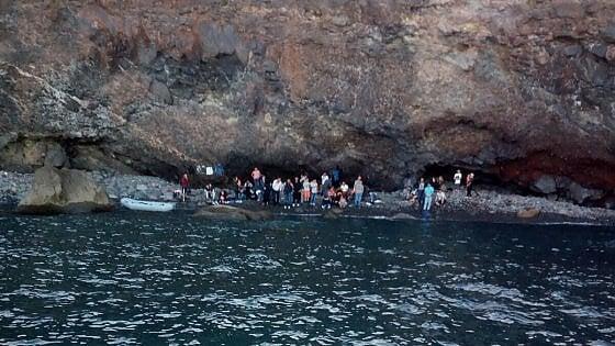 Primo sbarco alle Eolie, migranti sulla spiaggia di Lipari