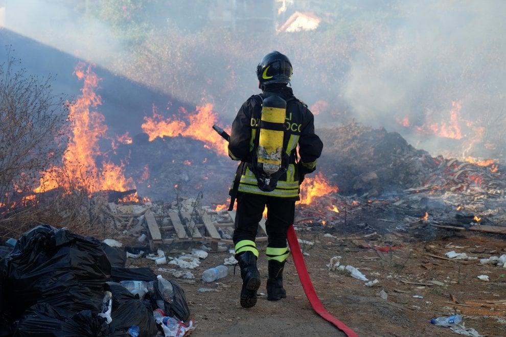 Palermo: incendio in un terreno abbandonato, nube di fumo dietro il liceo Meli