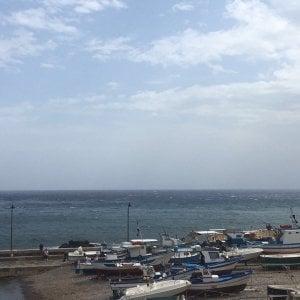 Sicilia, collegamenti a singhiozzo con le isole per l'allarme vento. Dirottato un volo