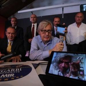 """Regionali Sicilia, il debutto di Sgarbi: """"Votatemi perché sono il più erotico di tutti"""""""
