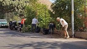 """Baida, i residenti puliscono le strade """"Qui lo spazzino non si vede mai"""""""