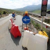 Cantieri fermi, gli operai licenziati bloccano la Palermo-Agrigento
