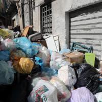 Palermo, i rifiuti bloccano gli ingressi nelle case