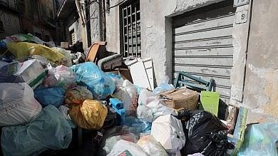 I rifiuti bloccano gli ingressi nelle case la protesta a Boccadifalco  foto