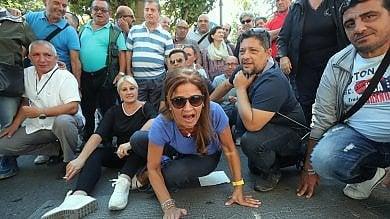 Palermo, bidelli precari senza stipendio  protesta davanti alla prefettura