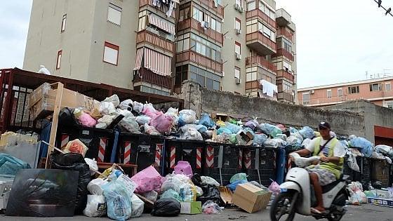 Emergenza rifiuti, il sindaco ci ripensa: nuovi vertici della Rap prima delle elezioni