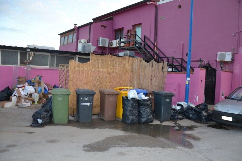 Porto Empedocle invasa dai rifiuti, sciopero selvaggio dei netturbini