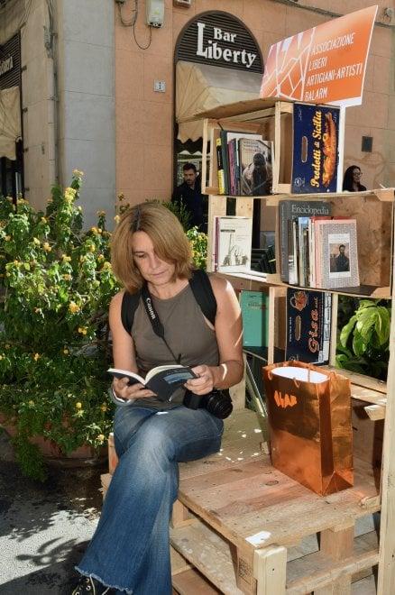 Palermo, prendi un libro e lasciane uno: in piazza Bologni la prima libreria gratuita