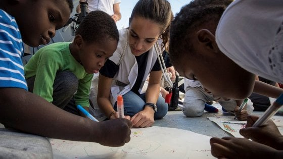 Migranti, è arrivata a Palermo la nave dei bambini
