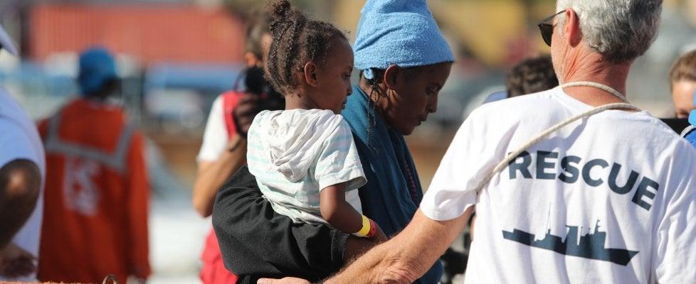 """Palermo, arrivata la """"nave dei bambini"""": a bordo 241 minori, mai così tanti"""