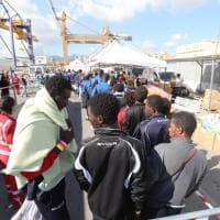 Palermo, sbarca la 'nave dei bambini': a bordo 241 minori provenienti dall'Africa