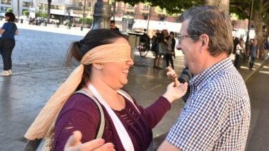 Palermo, abbracci gratis in piazza  dopo il passaparola su Facebook  Foto