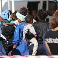 Migranti: gara di solidarietà per i bimbi dell'Aquarius, giocattoli, vestiti e richieste...