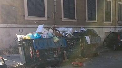 Prigioniera in casa per colpa dei rifiuti  foto  la Rap interviene ma tornano gli incivili