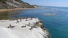 Agrigento, bagno d'autunno per i turisti alla Scala dei Turchi