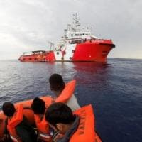 "Migranti: perquisita la nave di Save the Children. L'Ong: ""Sospendiamo operazioni"""