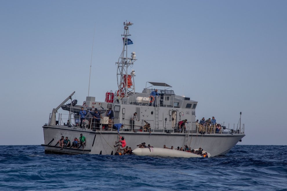Migranti, tragica battaglia navale tra le Ong e i libici: il fotoracconto