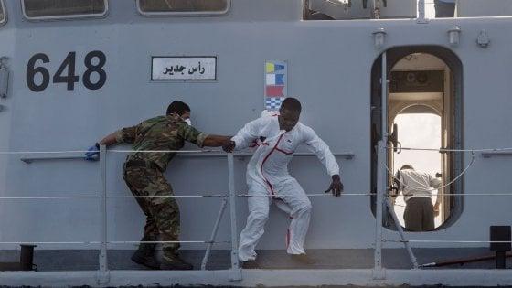 """Scontro libici-Ong, Roberto Saviano attacca Minniti: """"Hai le mani sporche di sangue"""""""