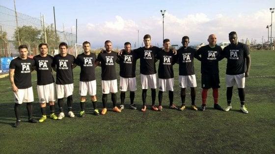 """I giocatori del Pistunina e dello Sporting Adrano in campo con la maglia """"No Racism"""""""