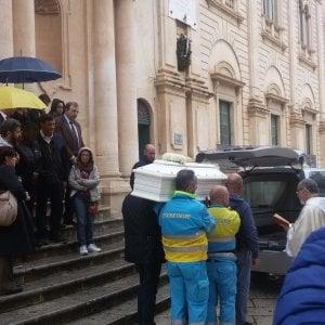 Ragusa, i funerali del bambino nigeriano annegato