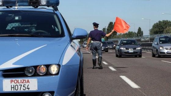 Incidente frontale sulla Palermo-Catania In autostrada contromano, auto in fiamme