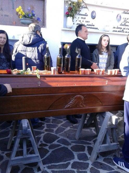 Eolie: al funerale il brindisi con malvasia sulla bara
