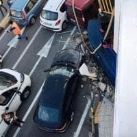 Messina, traghetto contro il molo: travolte auto in fila